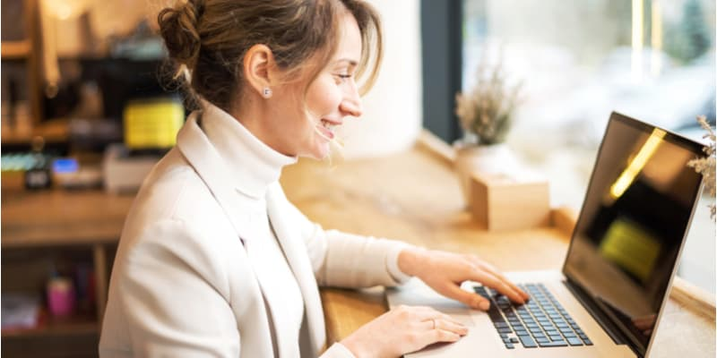 A professional business woman studying an MBA on her laptop with SCU Online.